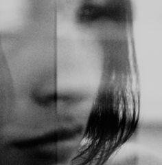 Het beeld is strak gekaderd in het gezicht van het meisje, op zo'n manier dat ze onherkenbaar is. Dit wordt versterkt door de onscherpte.