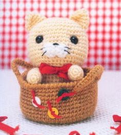 Amigurumi Cat - in a basket! Crochet Kawaii, Gato Crochet, Crochet Amigurumi, Knit Or Crochet, Amigurumi Patterns, Amigurumi Doll, Crochet For Kids, Crochet Crafts, Crochet Dolls