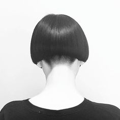 Beautiful symmetry on this #boxbob |  & ✂ by Jan Rothe at our Düsseldorf Academy #precisioncut #sassoon #sassoonacdemy
