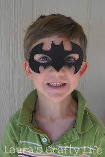 Create an easy DIY Batman mask for your Batman party or to dress up in a costume. This was the perfect item for my son's Lego Batman Party. Lego Batman Party, Diy Batman Kostüm, Fiesta Batman Lego, Batman Costume For Boys, Diy Superhero Costume, Lego Batman Birthday, Batman Costumes, Boy Costumes, Super Hero Costumes