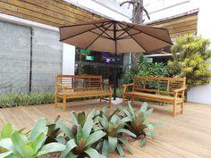 Uma pracinha feita na frente de uma loja em SP. Projeto Marisa Lima Paisagismo Lima, Patio, Outdoor Decor, Home Decor, Landscaping, Garden, Lime, Decoration Home, Terrace