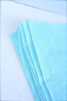 Trinn 2: Dra lagene i servietten fra hverandre, og legg dem oppå hverandre.