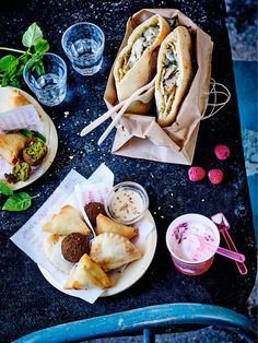 Aujourd'hui, on mange libanais avec Picard ! Sur la table, on croque plusieurs spécialités : deux kebabs préparés avec du pain Pita, des émincés de poulet marinés et une délicieuse sauce au yaourt, concombre et menthe. Sans oublier les mezze ! Les mezze se partagent à l'apéritif, en entrée ou même en plat avec un taboulé ou une salade. 3 recettes fameuses : le samboussek, chausson farci au bœuf, oignons, pignons de pin et épices, le rikakat, triangle au fromage doux et le falafel, bouchée…