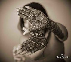 Explore latest Mehndi Designs images in 2019 on Happy Shappy. Mehendi design is also known as the heena design or henna patterns worldwide. We are here with the best mehndi designs images from worldwide. Indian Bridal Photos, Indian Wedding Poses, Indian Wedding Couple Photography, Bengali Wedding, Mehendi Photography, Wedding Photography Poses, Girl Photography, Latest Mehndi Designs, Bridal Mehndi Designs