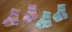 So sehen die fertig gestrickten Babysocken aus Knitting For Kids, Knitting Projects, Diy Mode, Hello Winter, Baby Booties, Diy And Crafts, Baby Kids, Beanie, Socks