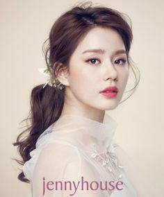 새로운 출발을 앞두고 평생에 단 한번 뿐일 결혼식을 위해 신부들의 웨딩 메이크업은 드레스만큼 많은 고심... Wedding Hair And Makeup, Hair Makeup, Up Styles, Long Hair Styles, Party Wear Frocks, Korea Makeup, Korean Wedding, Braut Make-up, Bridal Make Up