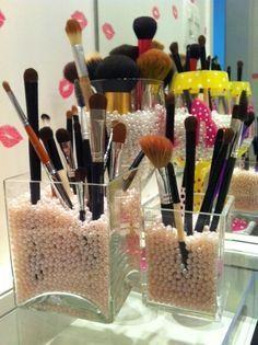 Já pensou em enfeitar vidros e potes de plástico com pérolas?   26 ideias geniais para organizar seus itens de maquiagem