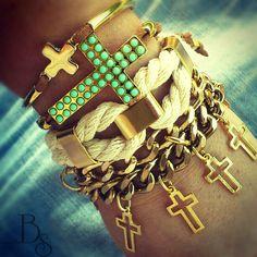 Pulseiras com cruz.