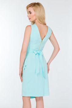 Asymetryczna sukienka z lekko elastycznej tkaniny. Kopertowa sukienka podkreślająca talię, z jednym bokiem lekko wydłużonym, oraz ozdobnymi zakładkami.