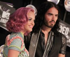 """Singer Katy Perry and British comedian Russell Brand married in India in October 2010, but their conflicting schedules made keeping the relationship up difficult. The world got to watch this doomed marriage unfold on the big screen in her documentary """"Part of Me."""" Perry claims Brand texted her in December 2011 to tell her he was filing for a divorce. The marriage was so short that Ellen DeGeneres infamously forgot Perry had been married at all when the singer appeared on her show in 2017! ชีวิตแต่งงาน, เคที เพอร์รี่, ดาราตลก, หน้าท้อง"""