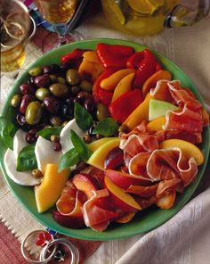 Italian Romance Movie Night: Antipasti Great for a romantic Picnic also Salad Recipes, Healthy Recipes, Antipasto Platter, Mouth Watering Food, Pasta, Appetisers, Soup And Salad, Summer Recipes, Italian Recipes