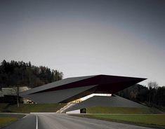 Delugan Meissl Associated Architects Projekt: Die Geometrie des Festspielhauses stellt das Gebäude in adäquates Verhältnis zum bestehenden Passionsspielhaus.