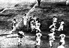【1961年 巨人・南海】南海スタンカ投手は対巨人戦で「ボール」の判定に激怒、円城寺球審につめよる=1961年10月29日撮影 写真特集:プロ野球 日本シリーズ名場面 - 毎日新聞