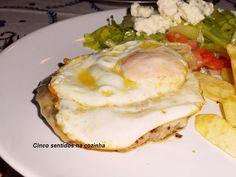Hambúrgueres caseiros mistos com ovo estrelado e batata frita