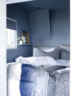 Fargesjefens sommerhytte - Lady Inspirationsblogg Blue Bedroom Walls, Cosy Bedroom, Blue Walls, Room Decor Bedroom, Bedroom Signs, Bedroom Apartment, Bed Room, Bedroom Ideas, Summer Cabins