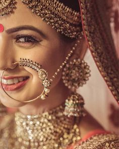I am sure you too can't get your eyes off this gorgeous bride . Wedding Jewellery Designs, Indian Wedding Jewelry, Indian Bridal, Bridal Jewelry, Gold Jewelry, Enamel Jewelry, Dainty Jewelry, Opal Jewelry, India Jewelry