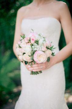 Свадьба Марии и Антона стала невероятным цветочным волшебством. Лепестки и бутоны, цветочные облака и гирлянды сплелись в нежное и воздушное чудо.