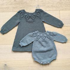 Dahlia til liten og til stor 🖤 #dahlia #dahliakjole #dahliaromper #kjærlighetpåpinner @leneholmesamsoe #sandnesgarn #merinoull #dalegarn… Knitting Club, Knitting For Kids, Baby Knitting Patterns, Baby Patterns, Baby Cardigan, Baby Pullover, Baby Outfits, Kids Outfits, Diy Knitting Projects