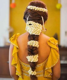 Now Trending - Hairstyles With Gajras Brides Are Rocking ! - Witty Vows Mehndi Hairstyles, Indian Bridal Hairstyles, Trending Hairstyles, Bride Hairstyles, Hairstyle Ideas, Hair Ideas, Latest Hairstyles, Pixie Hairstyles, Easy Hairstyles