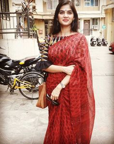 Stunning in beautiful attire. Love the sleeve detail. ・・・ All things are possible if you believe! Cotton Saree Blouse Designs, Saree Blouse Patterns, Blouse Neck Designs, Kalamkari Blouse Designs, Kalamkari Saree, Trendy Sarees, Fancy Sarees, Saree Styles, Blouse Styles