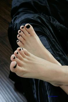black nail polish is becoming a theme I like. Black Toe Nails, Black Nail Polish, Cute Toes, Pretty Toes, Feet Soles, Women's Feet, Foot Love, Beautiful Toes, Sexy Toes