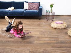 Lesestunde auf den angenehmen Holzoptikfliesen - eine Fußbodenheizung hält warm! (Sofa, Kissen, Beistelltisch: BoConcept Mannheim) – jonastone