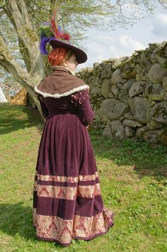The back of my 16th century saxony cranach dress. The dress and the hat is made with purple velvet with red and gold brokade. The goldhaube with orange and gold brokade, linen on the inside. Black work-grid, a few pearl-flowers as decor and handwoven ribbon to tie it in place. Gollar with dark purple-brownish wool, white rabbit fur, green handwoven linen with diamond weave(inside, its revesible) White smocked undershirt /Wilda
