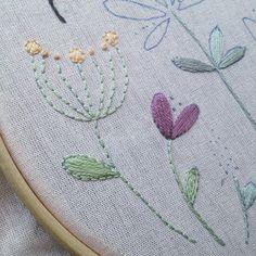 Em processo... 🌷💐🌸🐝 . . . #embroidery #handmade #handembroidery #process #artesanato #bordado #bordadolivre #bordadoamao #feitoamao #feitonobrasil #bastidor #autoral #modicesinspira #100diasdebordado #flores #jardim #flowers #bee
