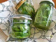 Keep basil oil Italian Cooking, Italian Recipes, Pesto Dip, Arancini, Home Canning, Edible Gifts, Pots, Preserving Food, Antipasto