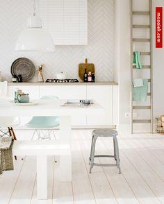 White kitchen with mint accents Scandi Living, Home And Living, Living Room, Interior Design Kitchen, Home Design, New Kitchen, Kitchen Decor, Minimal Kitchen, Kitchen White