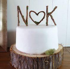 A veces lo más elegante es añadir las iniciales de los novios en la tarta, simplemente.