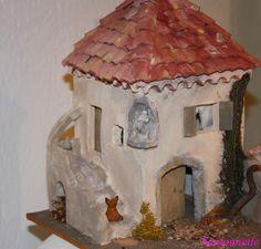 Une petite maison avec cette petite statue encastrée dans l'angle