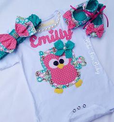 Kit body corujinha  Trabalho artesanal, e personalizado.  Fazemos em outros nomes e estampas!!!      Consulte disponibilidade de tamanhos e estampas.    Valor referente : body+ sapatilha+ faixinha de cabelo    RN ? 35,5 X 21cm  P- 38cm X 23 cm  M- 40,5 cm X 24,5 cm  G- 43,5 cm X 24,5 cm  GG- 46 c... Baby Shower Gifts To Make, Cute Babies, Baby Kids, Baby Bling, Baby Boutique, New Kids, Baby Dress, Knit Crochet, Kids Outfits