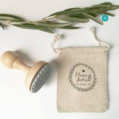 Elige el sello de madera que más te guste de nuestra tienda dinos que ponemos en él y te lo enviaremos junto a 100 de nuestras bolsitas.