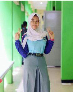 Hijab Teen, Arab Girls Hijab, Girl Hijab, Beautiful Hijab, Beautiful Asian Girls, Pleated School Skirt, Ariana Grande Outfits, Hijab Chic, Woman Crush