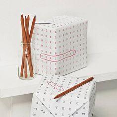 Ben je op zoek naar een originele manier om je cadeau in te pakken? En is het pakketje ook nog eens bestemd voor iemand die van taal en woordspellejtes houdt? Dan is dit papier met woordpuzzel super leuk. En zeg nou zelf, een leuk ingepakt cadeau is al een feestje op zich.