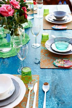 Apportez de la couleur à la table avec des fleurs et des sets de table personnalisés.