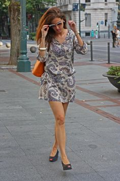 Blog de moda - Look con uno de mis vestidos de verano preferidos de estampado paisley, bolso cubo de Louis Vuitton y cuñas de esparto negras por The Highville  Fashion Blog - Paisley dress, orannge bucket bag by Louis Vuitton outfit by The Highville  https://thehighville.com/blog/vestidos-de-verano-seda/