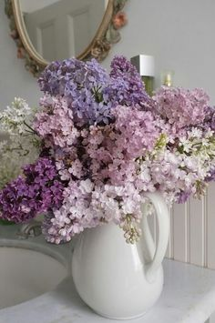 Lilac bouquet The most highly scented lilacs Bouquet de lilas Types Of Flowers, My Flower, Fresh Flowers, Silk Flowers, Beautiful Flowers, Purple Flowers, Flower Ideas, Flowers In A Vase, Lilly Flower