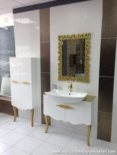 Avangard Beyaz Lake Aynalı Banyo Dolabı ve Lavabo Bathroom Mirror With Shelf, Closet Mirror, Bathroom Windows, Bathroom Closet, Bathroom Cabinets, Bathroom Flooring, Bathroom Storage, Small Bathroom, Mirror Shelves