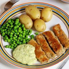 Krispiga fiskpinnar är en klassiker på middagsbordet som är lätt att älska. Vi gör vår veganska variant på marinerad tofu som sedan paneras i panko och steks i olja. Servera med en hemmagjord remouladsås, ärtor och ett krämigt potatismos. Vegansk husmanskost i sitt esse!