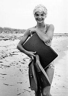 Jackie Kennedy at the beach ❤JFK, Jackie O, & Kids❤ Jackie Kennedy Style, Jacqueline Kennedy Onassis, John Kennedy, Divas, Jaqueline Kennedy, John Fitzgerald, Vintage Glam, Vintage Hollywood, Photos Du