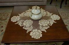 Splendido ed elegante centrino realizzato all'uncinetto a filet con motivo di rose.