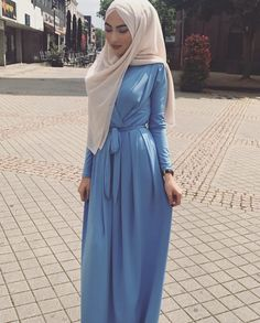 Hijab style i lov this bleu but i don't think the foular goes well with it Hajib Fashion, Abaya Fashion, Modest Fashion, Fashion Outfits, Fashion Skirts, Hijab Look, Hijab Style, Muslim Women Fashion, Islamic Fashion