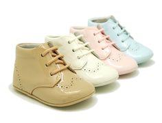 Tienda online de calzado infantil Okaaspain. Calidad al mejor precio fabricado en España. Botita de charol con picados y cordones.
