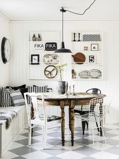 Vintage deco: family furniture in the trend - Kitchen Decor Wooden Dining Tables, Dining Nook, Round Dining Table, Dining Room Design, Kitchen Dining, Wood Table, Family Furniture, Eclectic Furniture, Mismatched Chairs