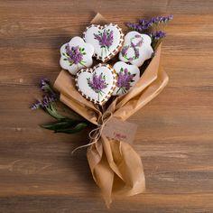 Медово-имбирные пряники с росписью из айсинга. Замечательный набор пряного медово-имбирного печенья, с нежным, романтичным декором в бело-лиловой гамме и рисунками чудесных букетов сирени. Такой весенний набор пряников непременно станет чудесным подарком к празднику 8 Марта для любимых и близких! Sweet Cookies, Iced Cookies, Biscuit Cookies, Cute Cookies, Royal Icing Cookies, Sugar Cookies Recipe, Valentine Cookies, Easter Cookies, Birthday Cookies