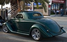 1935 Ford coupe - mod by Chip Foose - emerald green metallic - rvl - Pamukkopek Hot Rods, Vintage Cars, Antique Cars, Classic Hot Rod, Chip Foose, Ford Classic Cars, Old Fords, Alfa Romeo Cars, Street Rods