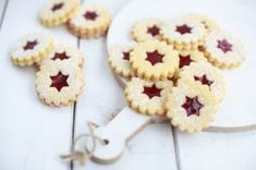 Classic Linzer eyes- Klassische Linzer Augen The classic Linzer eyes are typical Christmas biscuits. With this recipe you will enchant young and old. Easy Cake Recipes, Sweet Recipes, Cookie Recipes, Dessert Recipes, Christmas Biscuits, Christmas Baking, Christmas Treats, Christmas Christmas, Cookie Bakery