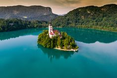 The Church of the Assumption, Bled, Slovenia (Foto: Getty Images/iStockphoto) Banff, Lake District, Hotel Subaquático, Lago Baikal, Bled Slovenia, Trip Planning, Diaries, Vogue, Lake Superior